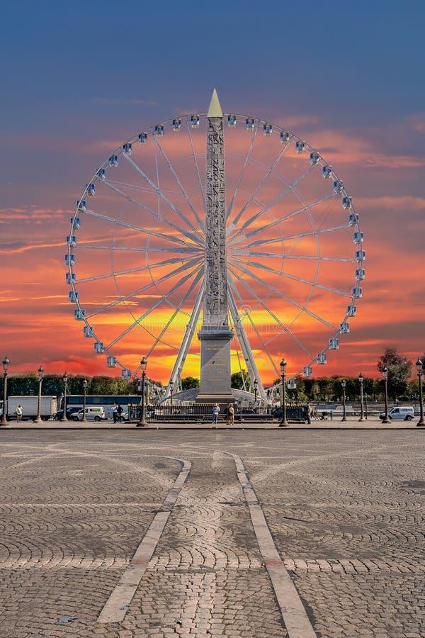 Röd och blå himmel över Paris arkivbild