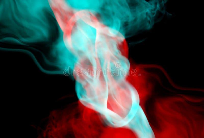 Röd och blå rök på en svart bakgrund arkivbild