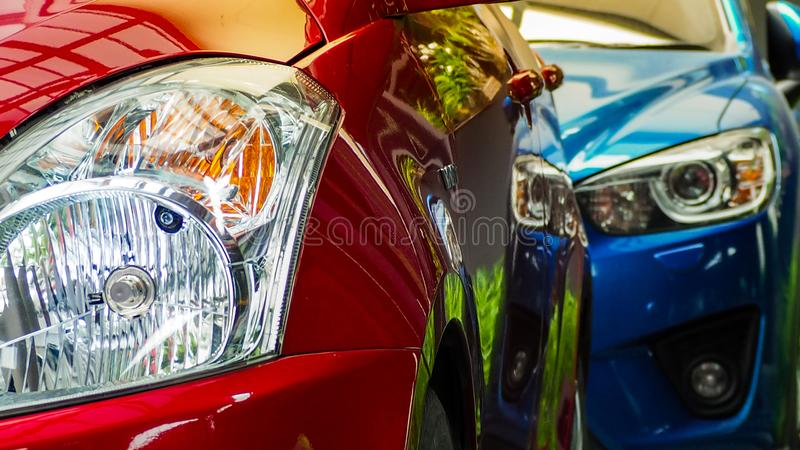 Röd och blå SUV bil som parkeras på den konkreta parkeringsplatsen av hotellet, hemmet eller lägenheten Bilindustri Elektrisk ell royaltyfria foton