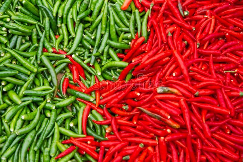 Röd och grön chili för att laga mat i marknaden royaltyfri fotografi