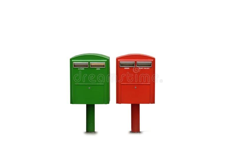 Röd och grön postbox på vit bakgrund fotografering för bildbyråer