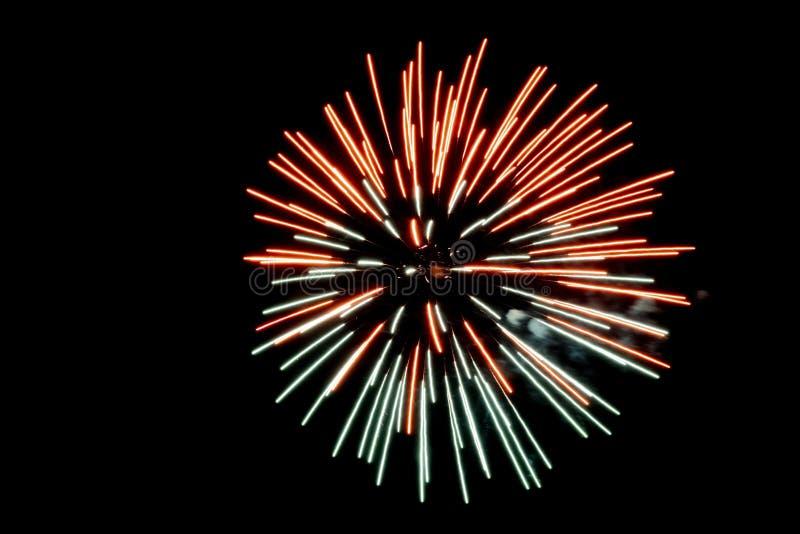 Röd och grön pyrotechnic fyrverkeripalmträdeffekt i natten arkivbild