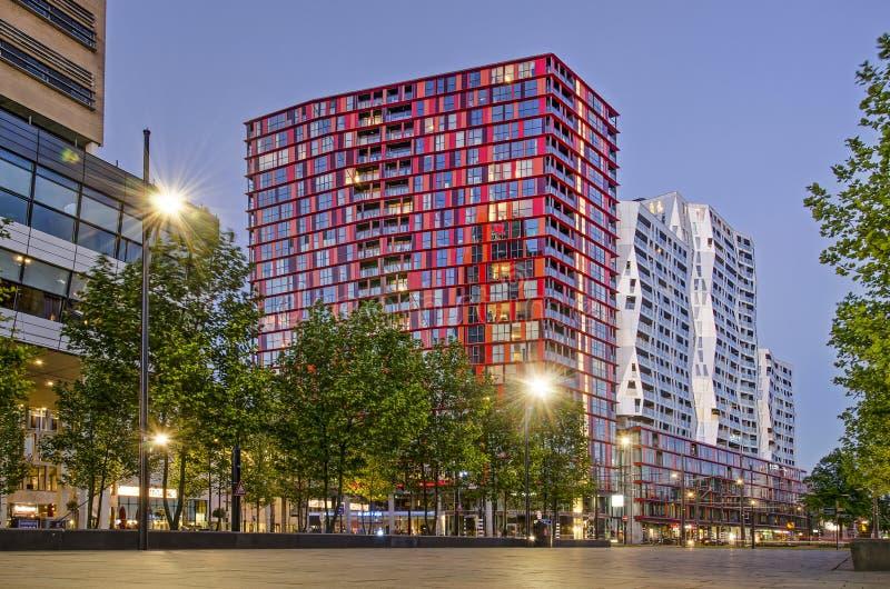 Röd och gul bostads- byggnad arkivfoton