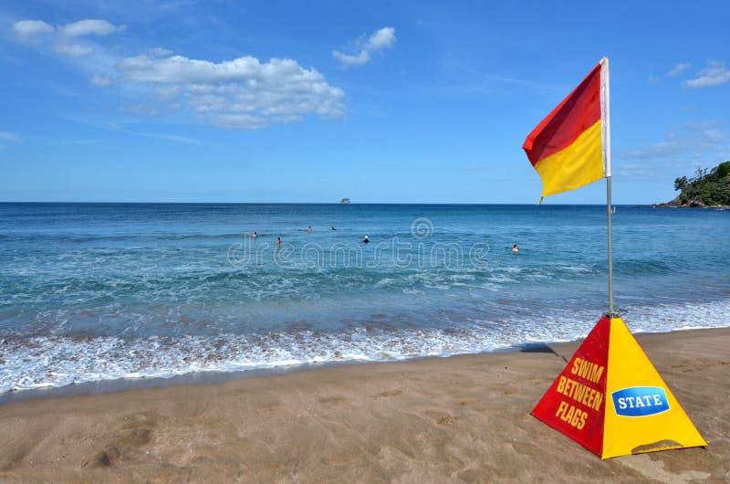 Röd och gul flagga fotografering för bildbyråer