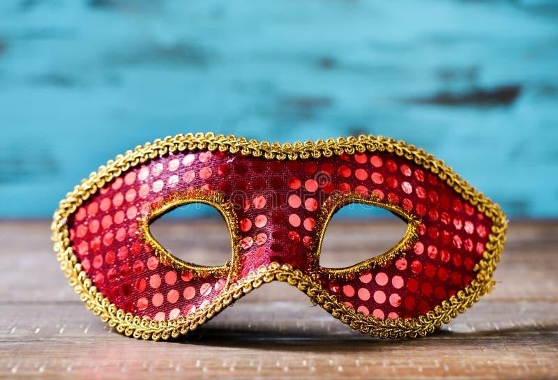 Röd och guld- karnevalmaskering royaltyfri foto