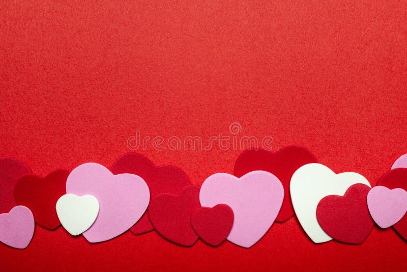 Röd och rosa bakgrund för valentindaghjärtor royaltyfria foton