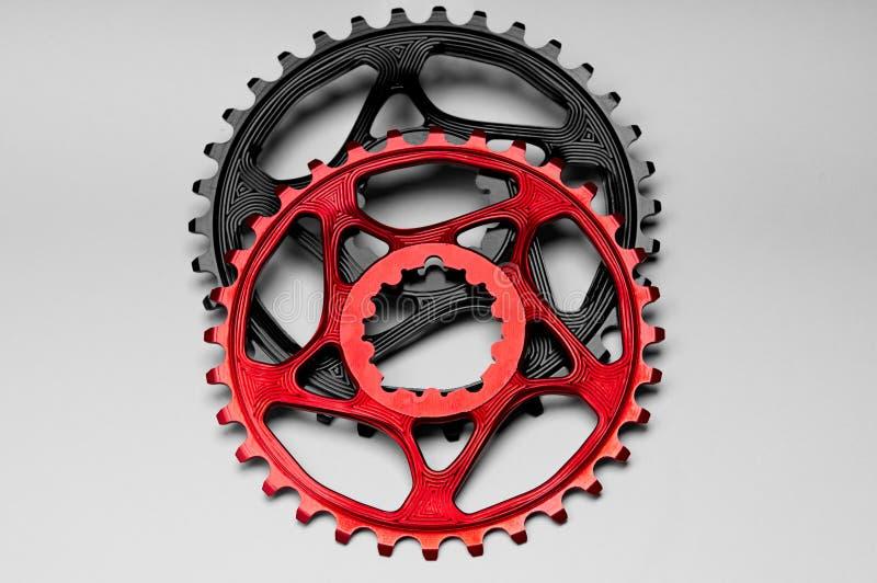 Röd och svart cykel som chainring royaltyfri foto