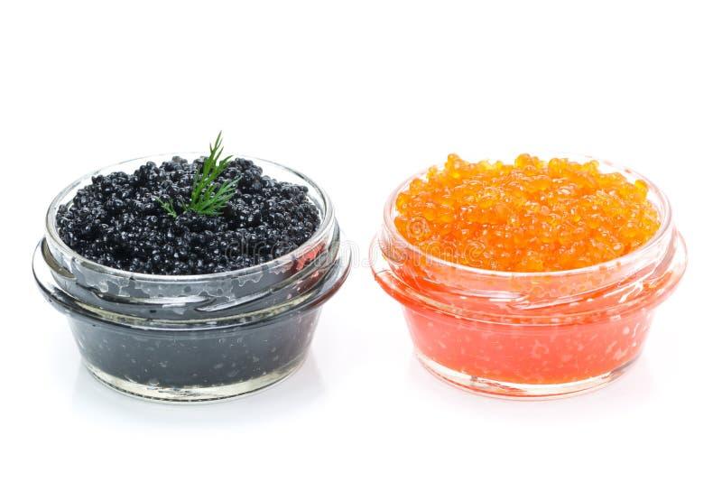 Röd och svart kaviar i exponeringsglaskrus som isoleras på vit bakgrund arkivfoton