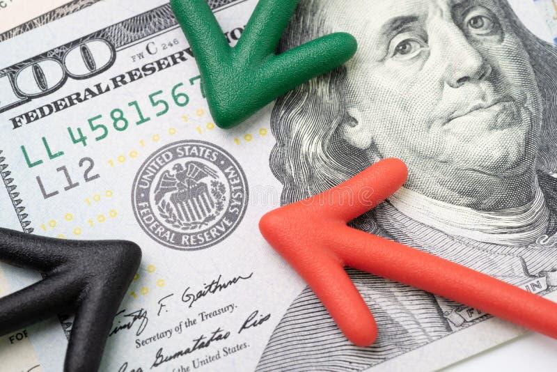 Röd och svart pil för gräsplan som, pekar till emblemet för USA Federal Reserve arkivfoton