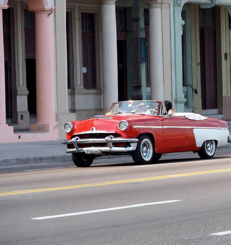 Röd och vit cabriolet i Havana Cuba arkivbilder