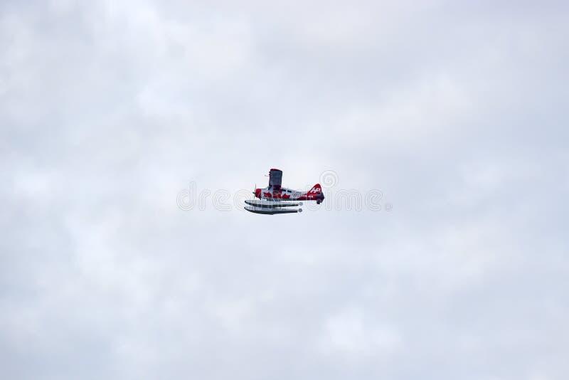 Röd och vit enkel sjöflygplan för utterhamnluft arkivfoto