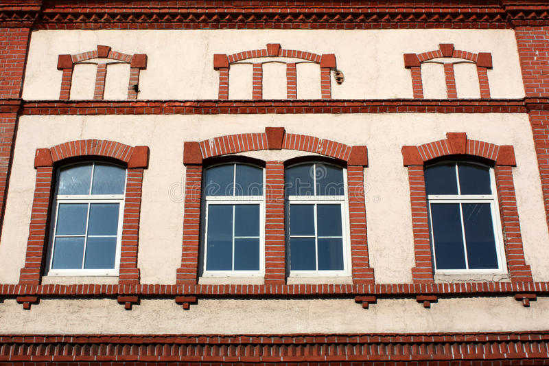 Röd och vit fasad royaltyfria bilder