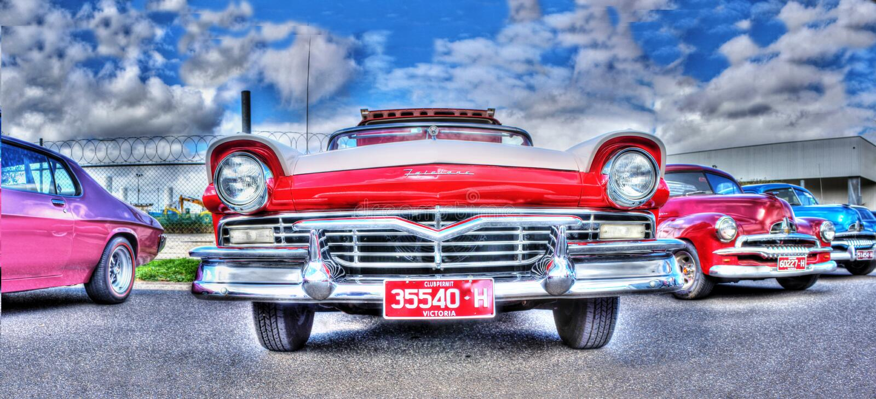 Röd och vit Ford Fairlane Skyliner cabriolet fotografering för bildbyråer