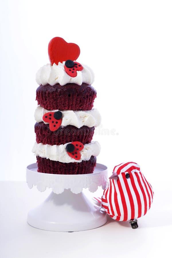 Röd och vit valentinmuffin för trefaldigt lager royaltyfri fotografi
