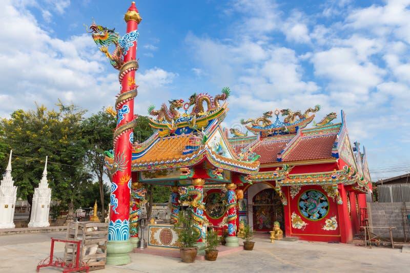 Röd offentlig relikskrin med den guld- drakestatyn i kinesisk stil royaltyfri foto