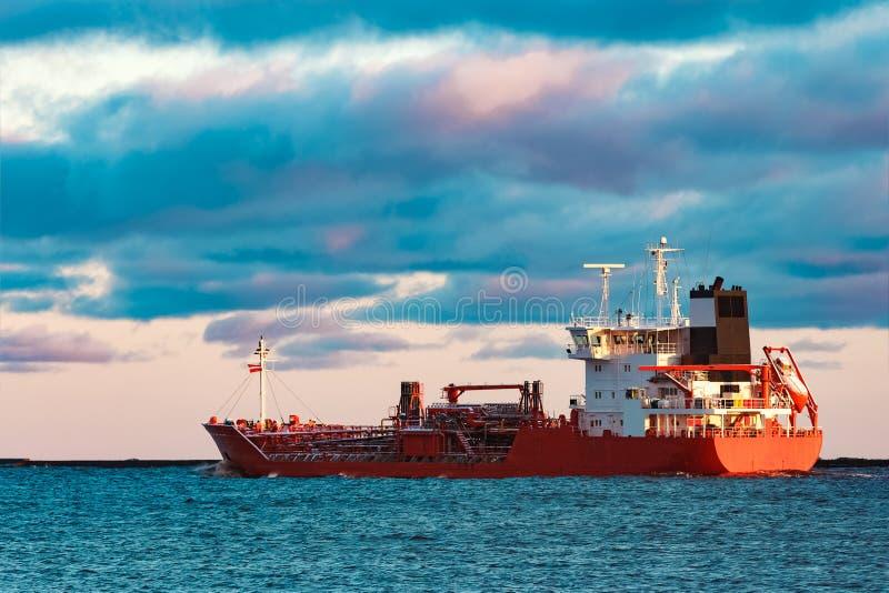 Röd oljetanker fotografering för bildbyråer