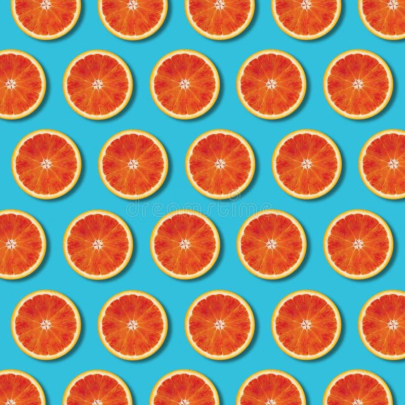Röd orange skivamodell för bästa sikt på vibrerande turkosbakgrund fotografering för bildbyråer