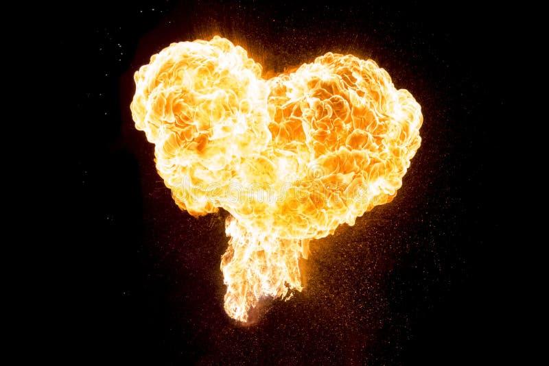 Röd orange varm brandförälskelsehjärta som isoleras på svart bakgrund arkivbild