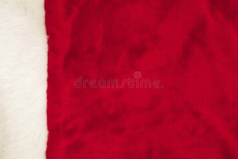 Röd päls med vitklippningbakgrund för jul arkivbild