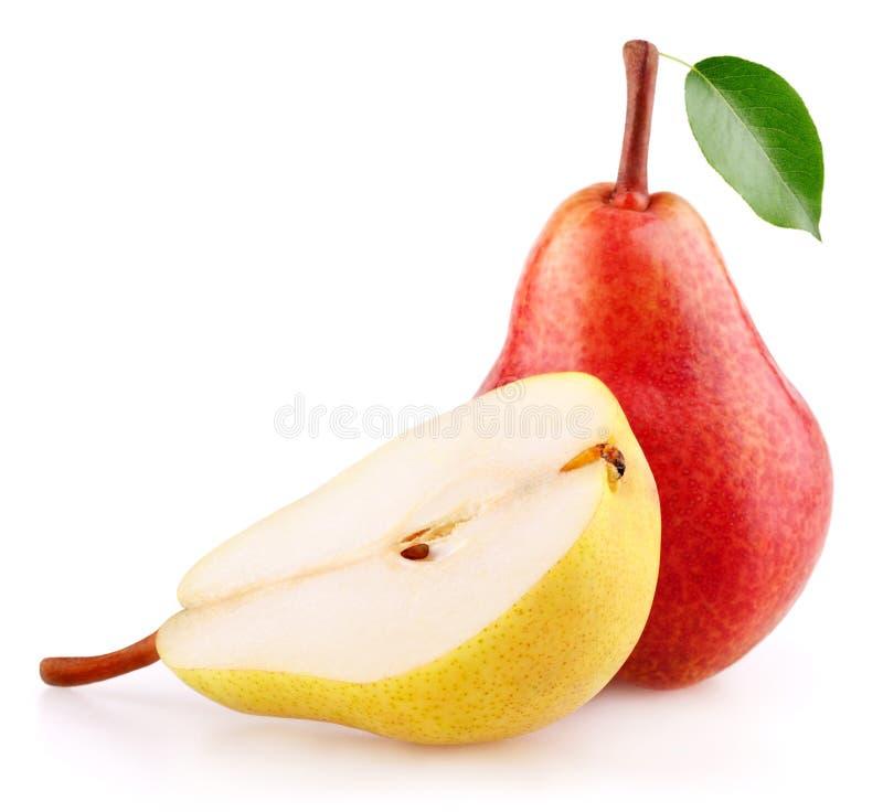 Röd päronfrukt med bladet och halva av det gula päronet royaltyfria foton
