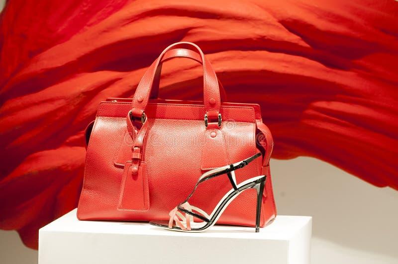 Röd påse och elegant skosammansättning fotografering för bildbyråer