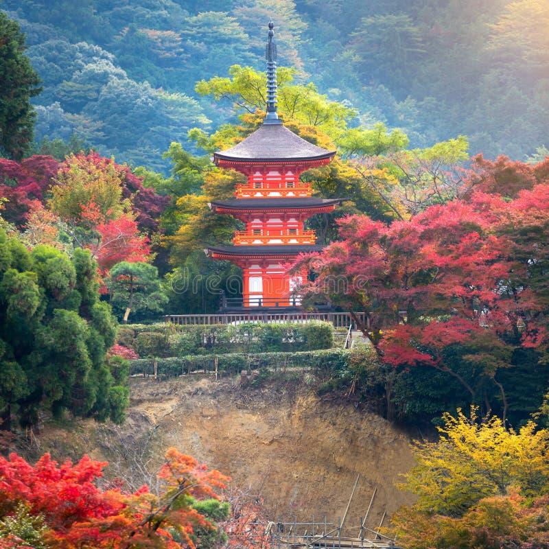 Röd pagod på Kiyomizu-dera i Japan arkivbilder