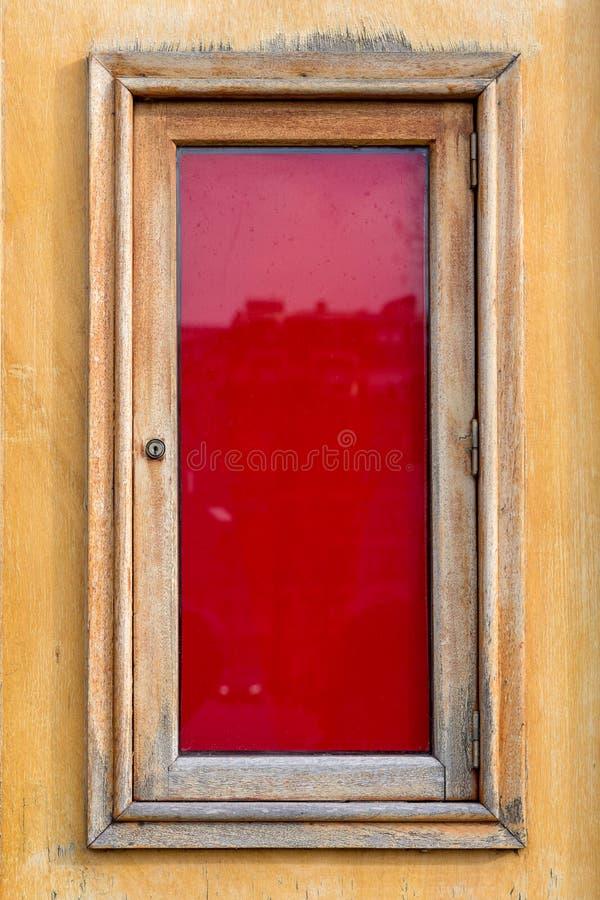 Röd panel som inramas med trä arkivbild