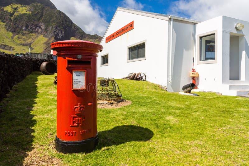 Röd pelarpostbox, fristående stolpeask, stolpe - kontor och turismmitt, Edinburg av de sju haven, Tristan da Cunha ö arkivbilder