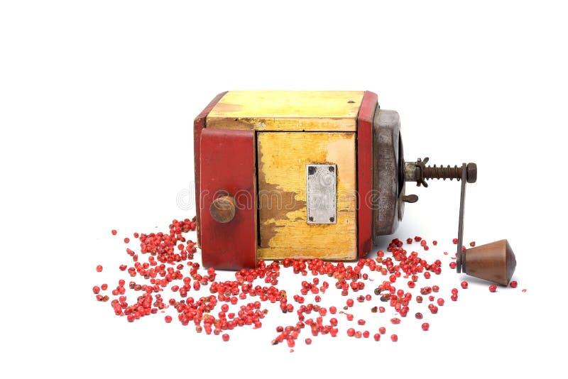 Röd peppar med gammal peppar maler på vit arkivfoton