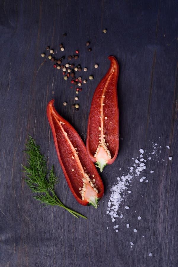 Röd peppar med kryddor och saltar på den lantliga trätabellen Över huvudet siktsmatfotografi royaltyfria foton