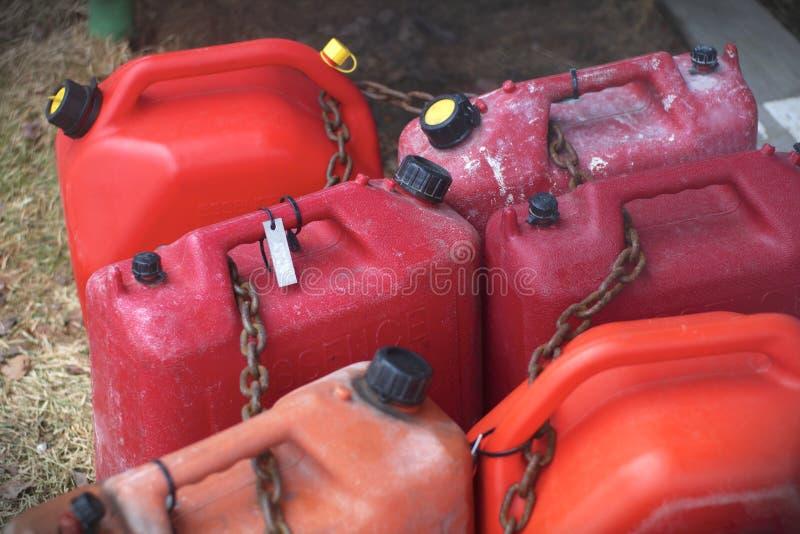 Röd plast- bensin för bensin för brännbar flytande för bränslebehållare royaltyfria foton
