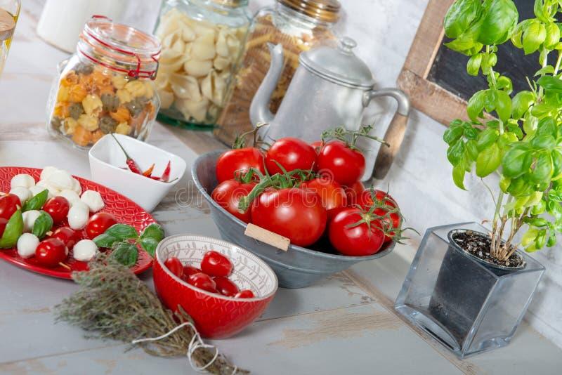 Röd platta med den lilla tomater och mozzarellaen arkivfoton
