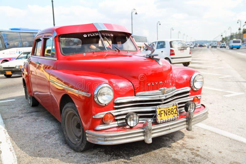 Röd Plym Outh oldtimerbil, Havana, Kuba royaltyfri foto