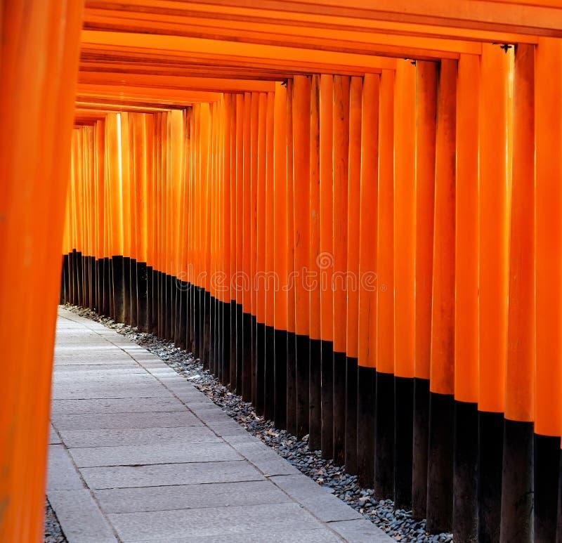 Röd portväg, toriikorridor i Fushimi Inari Taisha, Kyoto, Japan arkivfoto