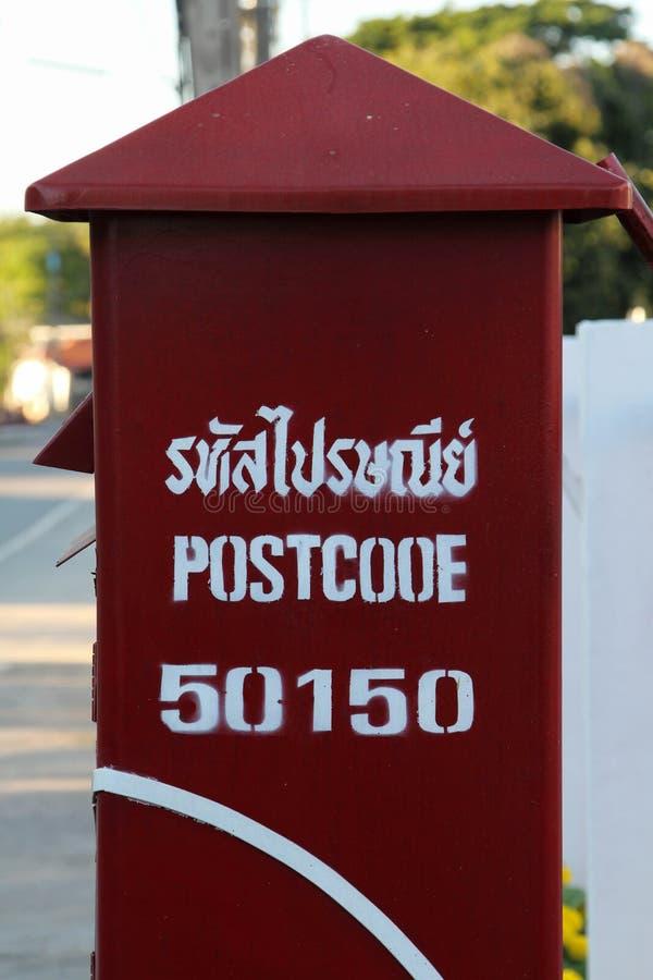 Röd postbox för post i Thailand arkivfoton