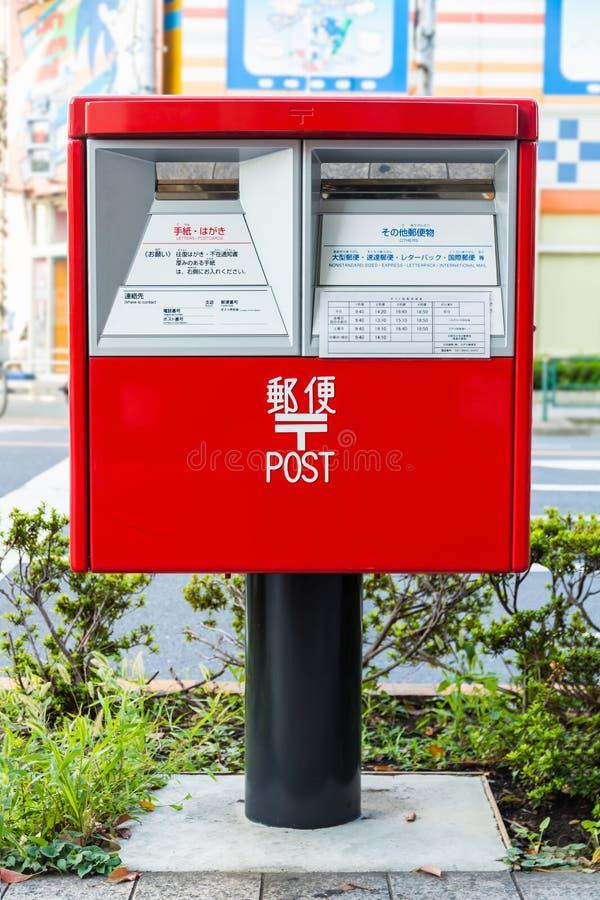 Röd postbox i Japan arkivbild