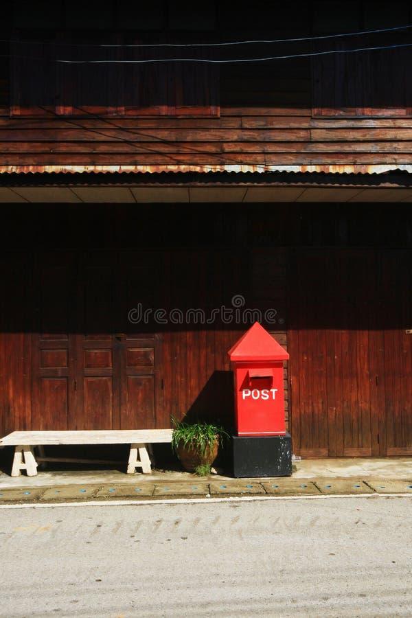 Röd Postbox på vandringsledet på bygd i Thailand royaltyfri foto