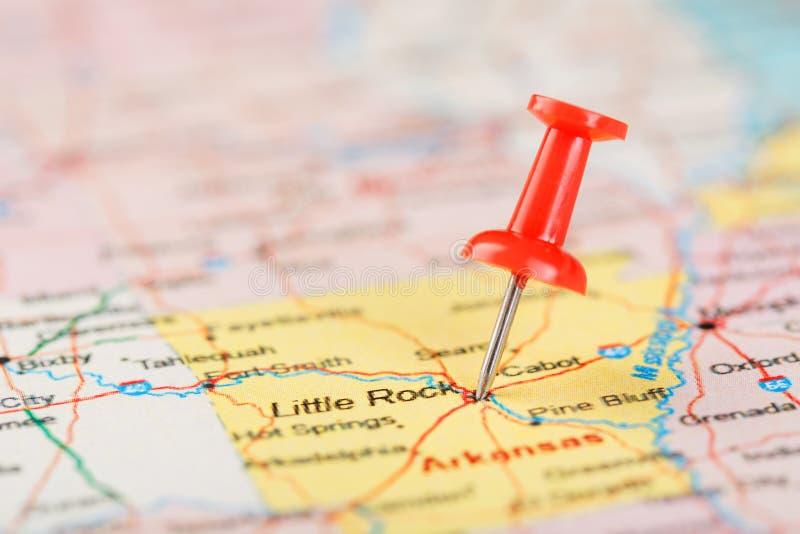 Röd prästerlig visare på en översikt av USA, Arkansas och huvudstaden Little Rock Nära övre översikt av Arkansas med den röda hal royaltyfri bild