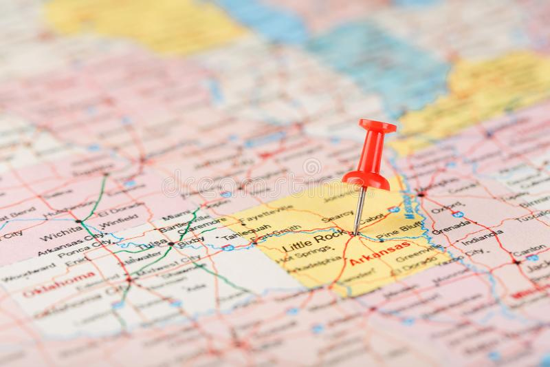 Röd prästerlig visare på en översikt av USA, Arkansas och huvudstaden Little Rock Nära övre översikt av Arkansas med den röda hal royaltyfria foton