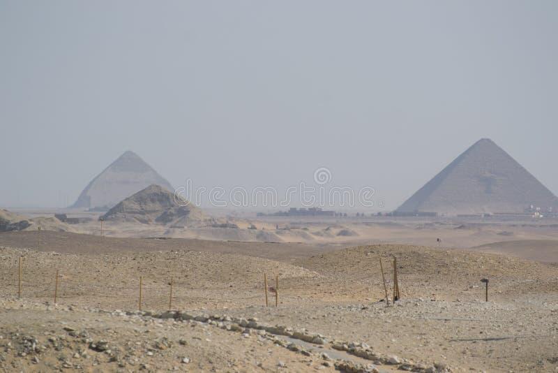 Röd pyramid royaltyfria bilder