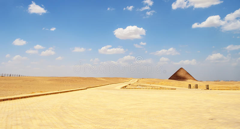 Röd pyramid i Dahshur arkivbild
