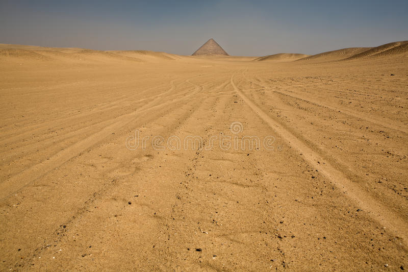 Röd pyramid på öken royaltyfri fotografi