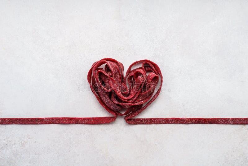 Röd rödbetapasta som formas som hjärta Bil för hälsning för dag för valentin` s fotografering för bildbyråer