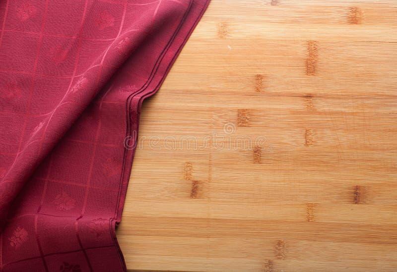 Röd rablecloth på trätabellen arkivfoto