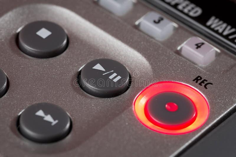 Röd rekord- knapp som är upplyst på registreringsapparaten arkivfoton