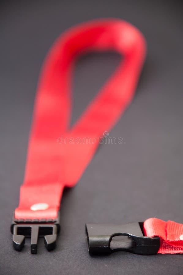 Röd rem på den svarta bakgrunden royaltyfri bild