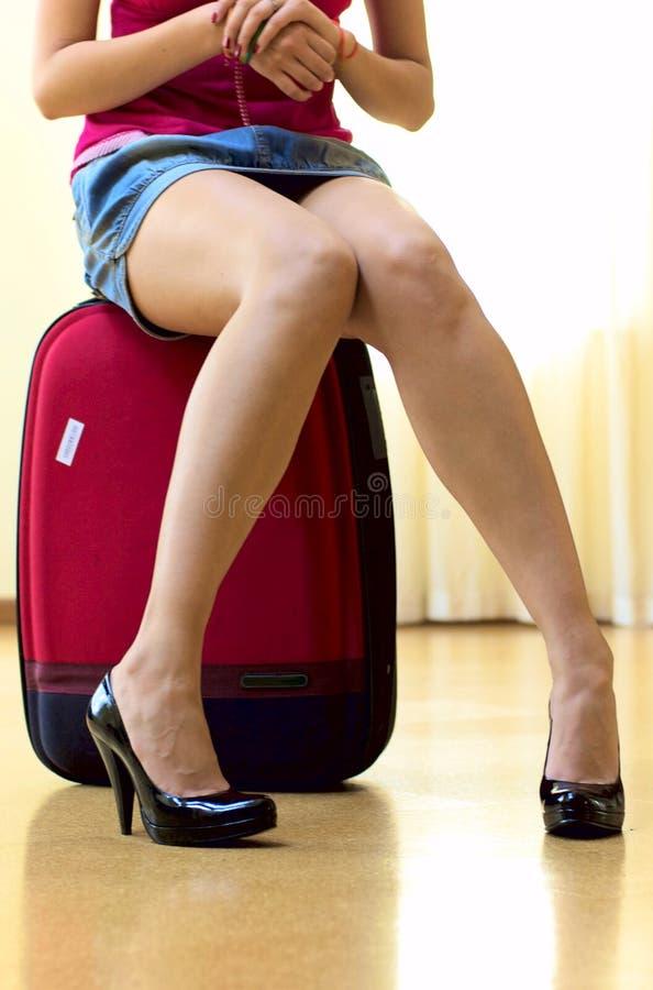 röd resväska royaltyfri foto