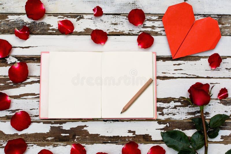 röd ros med hjärtaform arkivbild