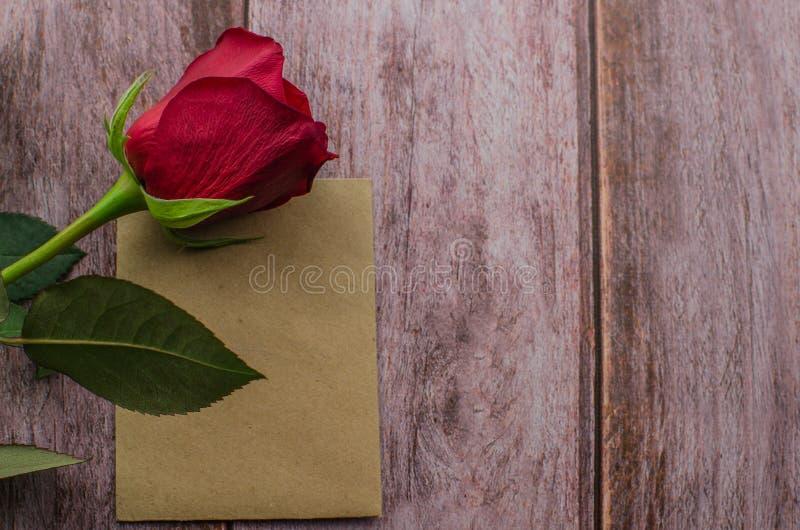 Röd ros och valentindaghjärtor på trä Bästa sikt med kopieringsutrymme royaltyfri foto