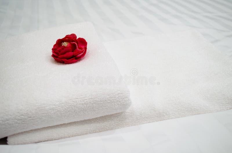 Röd ros på den vita handduken royaltyfri foto